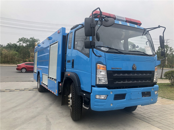 Sinotruck howo 6 Tyre 2 Axle Right Hand Drive 3000Liters To 4000Liters Water Tanker Fire Truck